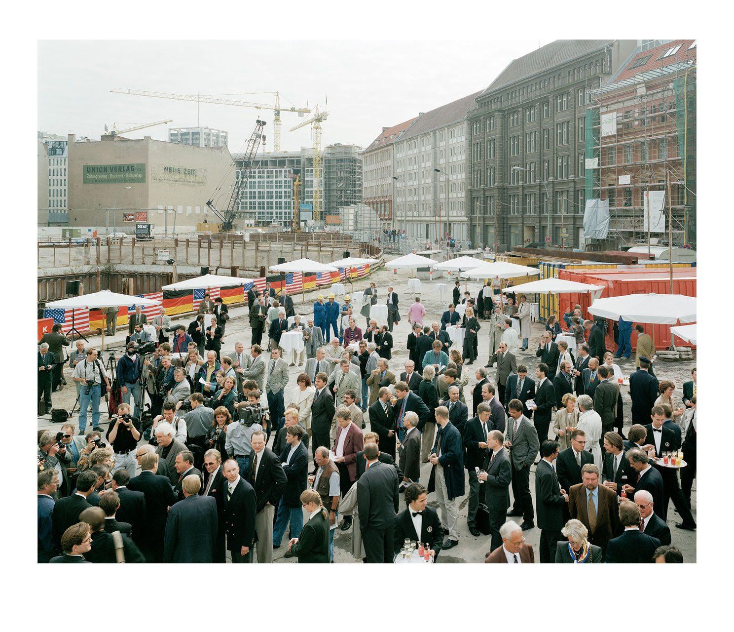 Stadt #14, Grundsteinlegung am Checkpoint Charlie, 1996
